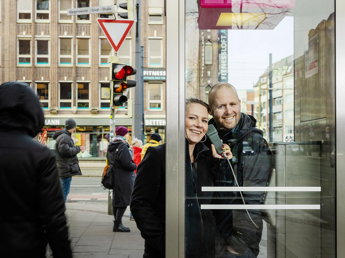 Nina and Dirk Wenig are standing in a telephone booth at the Brill.