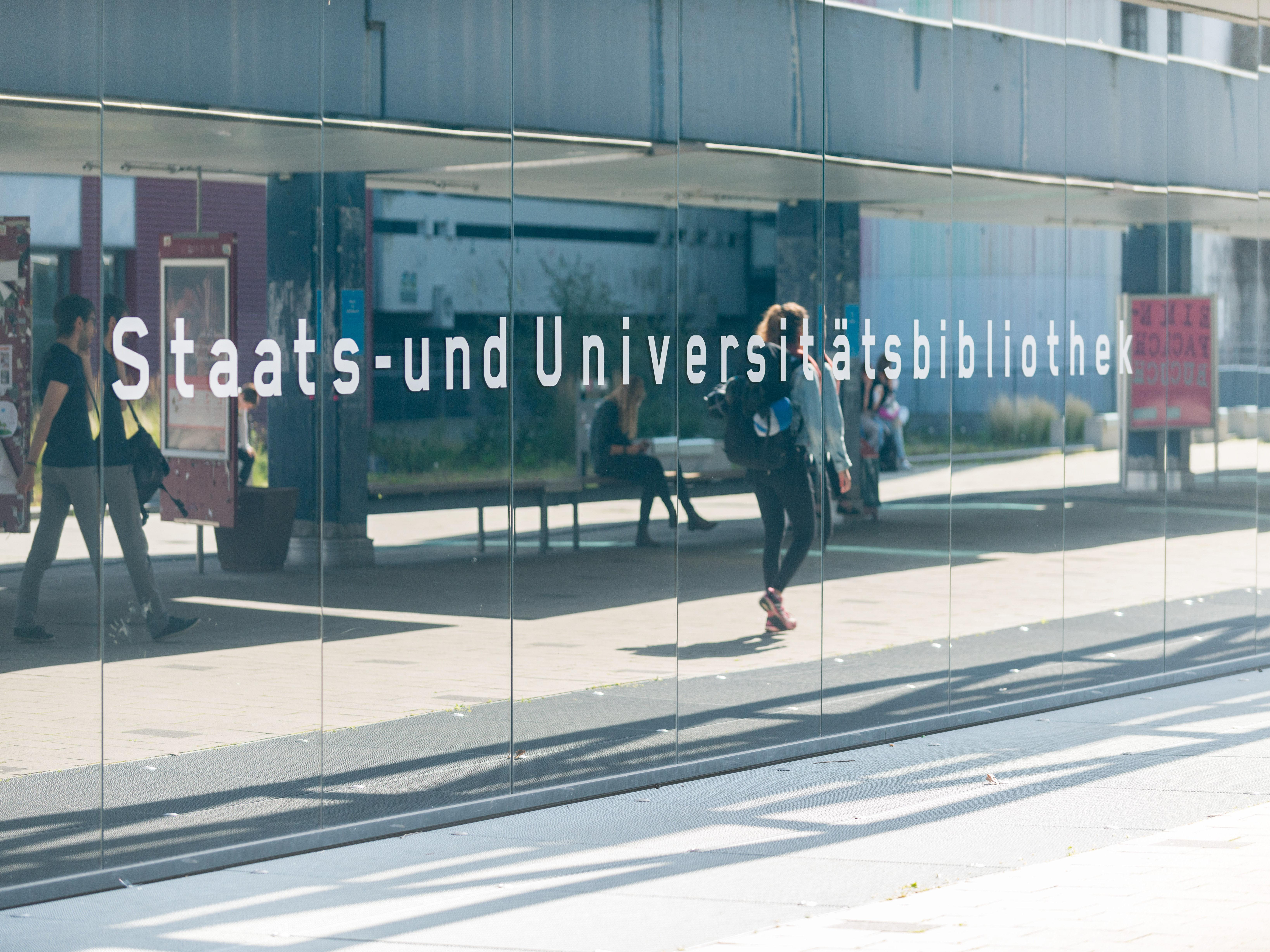 "A wall of glas with the text ""Staats- und Universitätsbibliothek"""