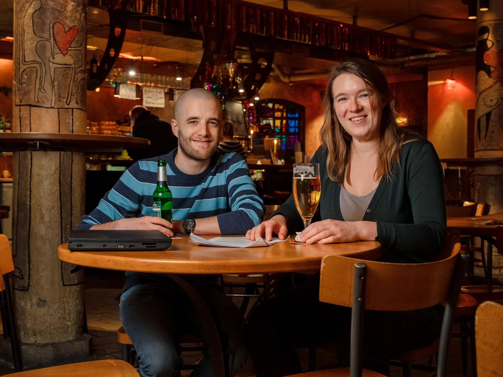 Anouk Vlug and Valentin Ludwig sitting with a beer in the pub.