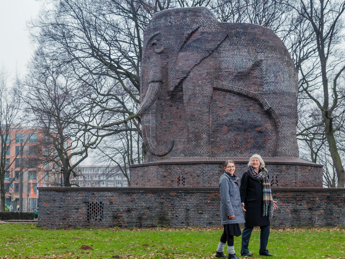 "Julia Lossau, Michi Knecht and the ""brick elephant"" in Bremen."