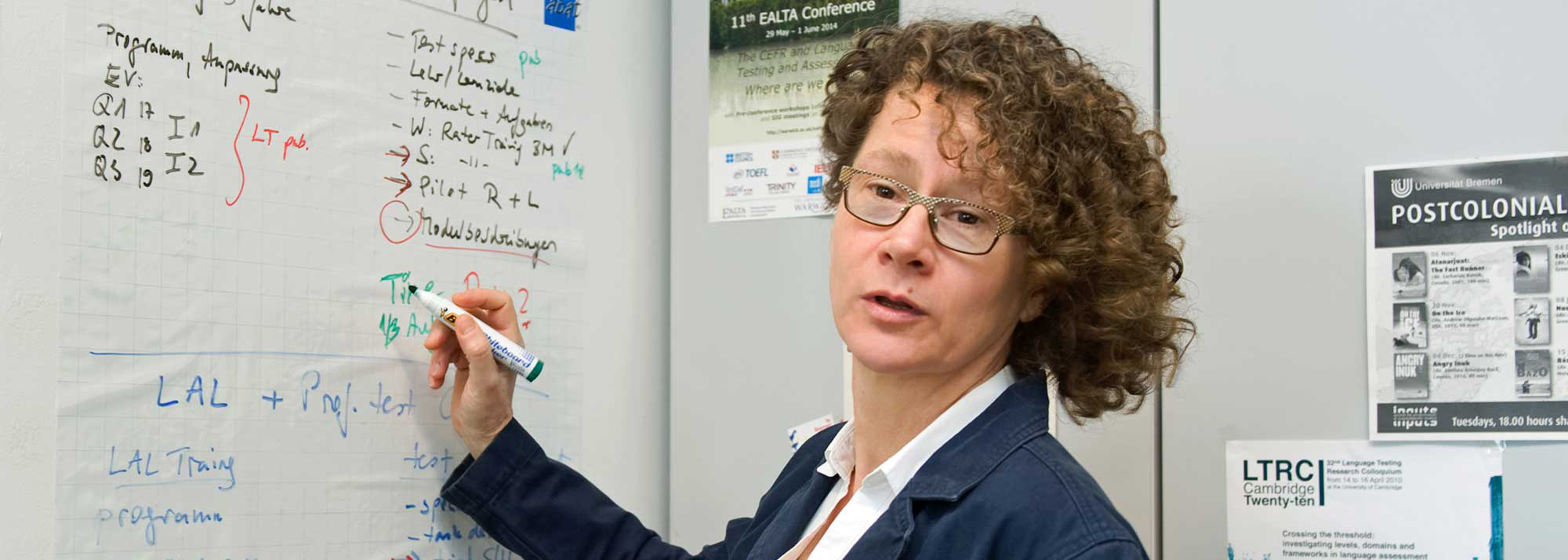 Professorin Claudia Harsch am White Board